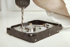 删掉从磁盘驱动器的磁盘驱动器专家数据与钻子 免版税图库摄影
