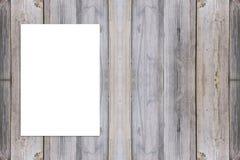 删去垂悬在木墙壁上的被折叠的纸海报 免版税图库摄影