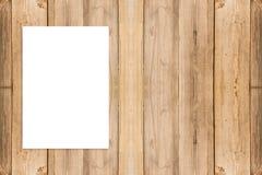 删去垂悬在木墙壁,模板假装u上的被折叠的纸海报 库存照片