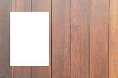 删去垂悬在木墙壁,模板假装u上的被折叠的纸海报 免版税图库摄影
