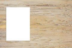 删去垂悬在木墙壁,模板假装u上的被折叠的纸海报 免版税库存图片