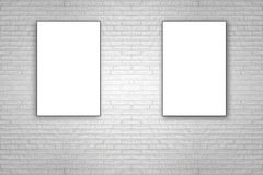 删去垂悬在白色砖墙上的被折叠的纸海报 免版税库存照片