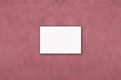 删去垂悬在砰墙壁上的被折叠的纸海报 免版税库存图片