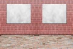 删去垂悬在红砖墙壁上的被折叠的纸海报 免版税库存照片