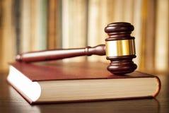 判断在法律书籍的惊堂木 免版税库存照片