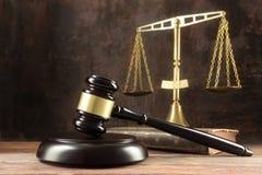 判断惊堂木、书和标度在木律师书桌,正义 免版税库存图片