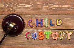判断惊堂木和五颜六色的信件关于儿童监护权,家法概念 免版税图库摄影