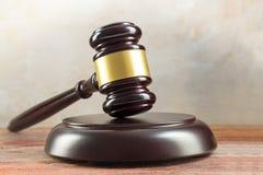 判断惊堂木和共鸣板在一张木书桌上,正义标志和 免版税库存图片