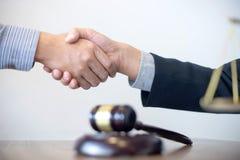 判断有开正义的律师的惊堂木与队的会议 免版税库存照片