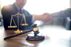 判断有开正义的律师的惊堂木与队的会议 免版税库存图片