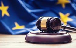 判断有欧盟旗子的木惊堂木在背景中 司法的标志 库存图片