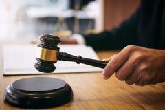 判断有正义律师的在衣服的惊堂木,商人或律师 库存照片