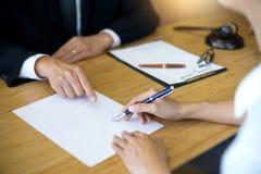 判断有正义律师的惊堂木开与队的会议在la 免版税库存照片