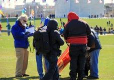 判断走通过人群,标记风筝在竞争中,风筝节日,华盛顿纪念碑,华盛顿特区, 2015年 库存图片