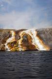 从细刨花喷泉的溢出进入黄石河 免版税库存照片