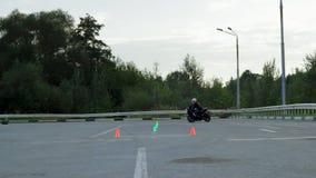 利佩茨克州,俄罗斯联邦- 2016年9月17日:竞争Moto运动会,摩托车骑士乘坐在锥体之间  股票视频