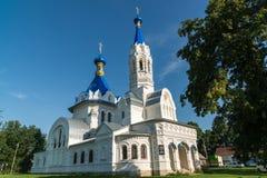 利佩茨克州,俄罗斯- 8月10 2016年 圣德米特里Solunsky教会在村庄Korobovka在一个夏日 库存图片