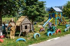 利佩茨克州,俄罗斯- 8月14 2017年 童话字符-在操场的酵母酒蛋糕Yaga和小屋 免版税库存图片