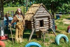 利佩茨克州,俄罗斯- 8月14 2017年 童话字符-在操场的酵母酒蛋糕Yaga和小屋 库存图片
