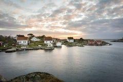 利勒桑,挪威- 2017年11月7日:Ulvoysund、海洋和老房子Ytre的Ulvoya在晚上点燃 免版税库存照片