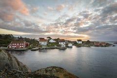利勒桑,挪威- 2017年11月7日:Ulvoysund、海洋和老房子Ytre的Ulvoya在晚上点燃 图库摄影