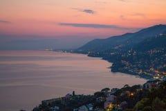 利古里亚东海岸,热那亚省,意大利鸟瞰图在黄昏的 免版税库存图片