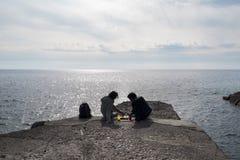 利古里亚二人的赫诺瓦是松弛与下棋比赛 免版税库存照片