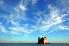 利古里亚:海上的沿海塔在从小船的一个多云天空视图下 免版税库存照片