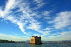 利古里亚:海上的沿海塔在从小船的一个多云天空视图下 免版税库存图片