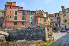 利古里亚Ita的Tellaro典型的中世纪镇五颜六色的议院  库存照片