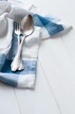 利器和亚麻布餐巾 免版税库存图片