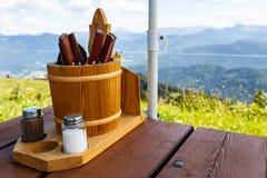 利器和调味品在餐馆桌上 免版税库存照片