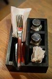 利器的木箱咖啡馆的 利器和香料的选择在一张木桌上 免版税库存照片