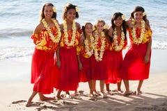 玻利尼西亚人友谊的草裙舞女舞伴在海洋 免版税库存照片