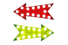 利弊:红色左和绿色正确的葡萄酒减速火箭的箭头照亮与电灯泡 免版税图库摄影