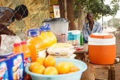 利文斯东- 2013年10月14日:地方人卖桔子和refre 免版税库存照片