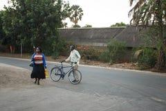利文斯东- 2013年10月14日:当地人在市中心o 库存照片