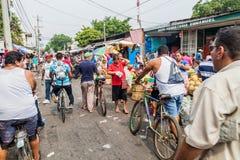 利昂,尼加拉瓜- 2016年4月25日:人群在梅卡度la农产品集散市场上在利昂,Nicarag 免版税库存图片
