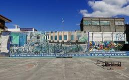 利昂,尼加拉瓜12月23日2017年:与街道画的一个篮球场在利昂 库存照片