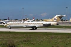 利比亚人727登陆的跑道32 免版税库存照片