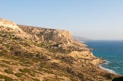 利比亚海和海岸在Matala附近在克利特海岛,希腊上靠岸 图库摄影