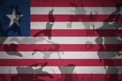 利比里亚的旗子卡其色的纹理的 装甲攻击机体关闭概念标志绿色m4a1军用步枪s射击了数据条工作室作战u 免版税库存照片