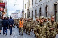 利沃夫州乌克兰- 2017年10月30日:公民在与视觉鼓动独立广场的风景附近漫步在周年o 库存照片