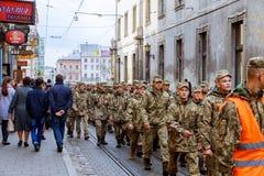 利沃夫州乌克兰- 2017年10月30日:公民在与视觉鼓动独立广场的风景附近漫步在周年o 免版税库存照片