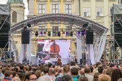 利沃夫州乌克兰2015年6月:阿尔法爵士乐费斯特2015年 音乐家带对比三重奏在阶段爵士节的观众爱好者前执行 库存照片
