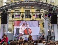利沃夫州乌克兰2015年6月:阿尔法爵士乐费斯特2015年 音乐家带对比三重奏在阶段爵士节的观众爱好者前执行 库存图片
