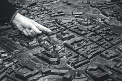 利沃夫州市maquette,指向城市城镇厅的人 免版税库存图片