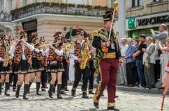 利沃夫州,乌克兰- 2018年5月:与鼓的一个军乐队在狂欢节服装在城市的中心走在游行 免版税库存图片