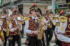 利沃夫州,乌克兰- 2018年5月:与鼓的一个军乐队在狂欢节服装在城市的中心走在游行 库存照片