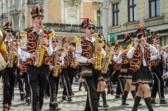 利沃夫州,乌克兰- 2018年5月:与鼓的一个军乐队在狂欢节服装在城市的中心走在游行 免版税库存照片